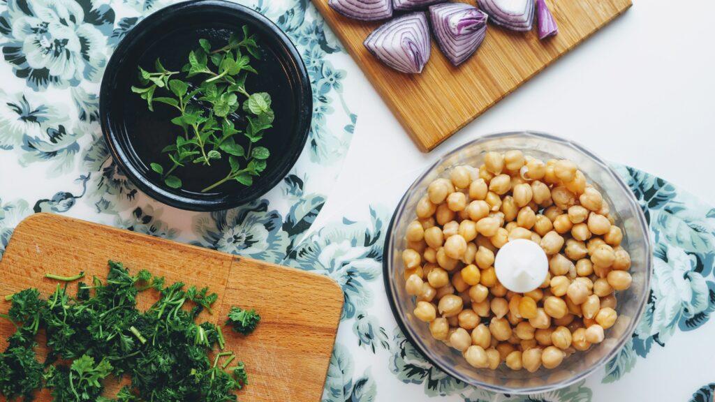 סלט צבעוני עם גרגרי חומוס שחר תזונה בריאה